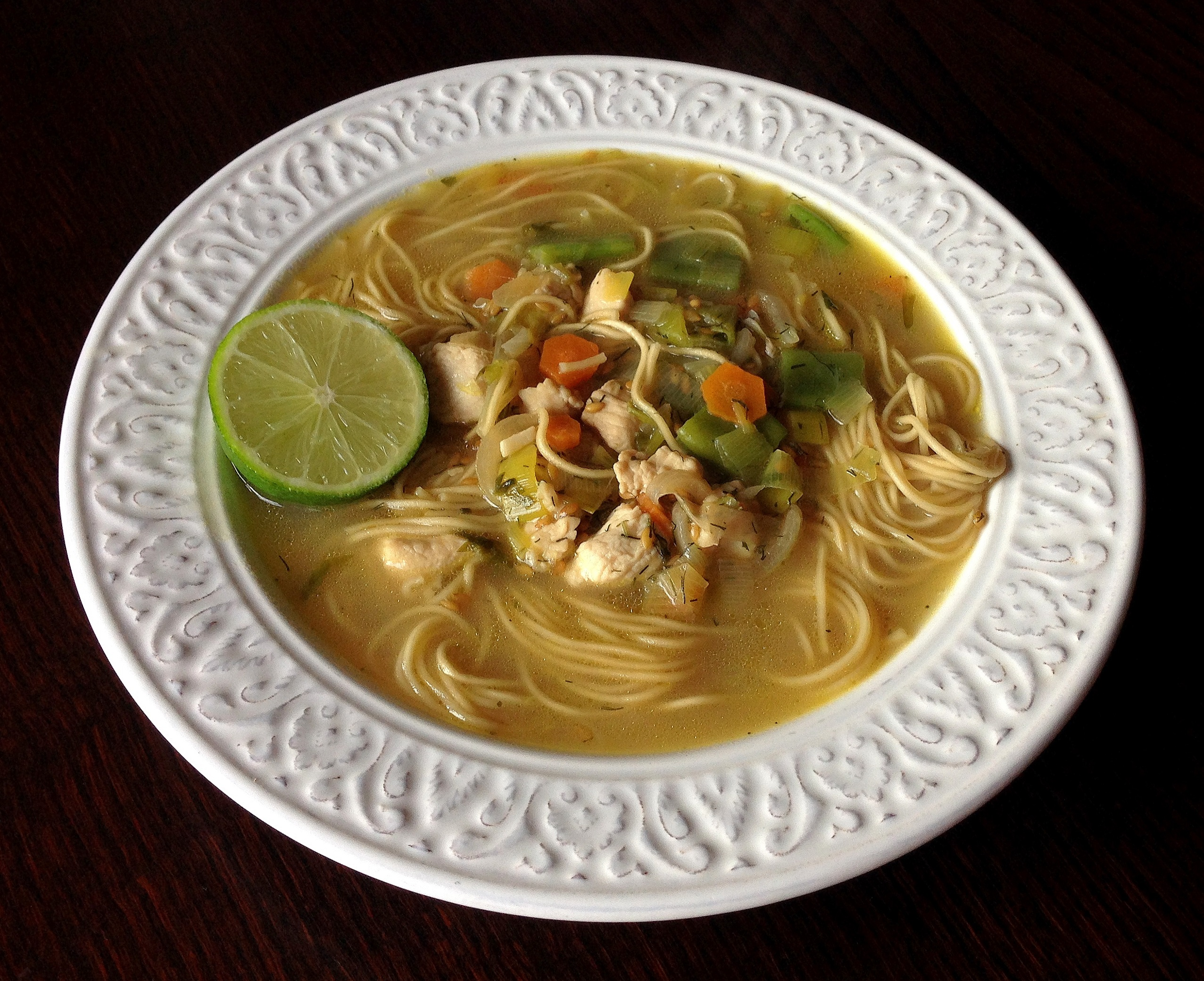 Sopa de noodles y pollo
