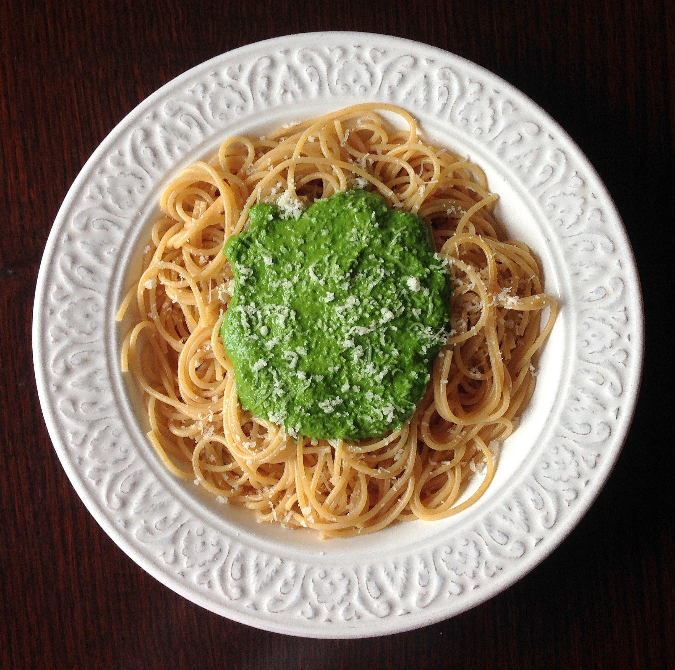 Espaguetis integrales con pesto de espinacas y avellanas