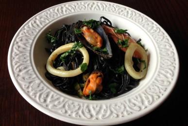 Espaguetis de sepia con gambas, calamares y mejillones