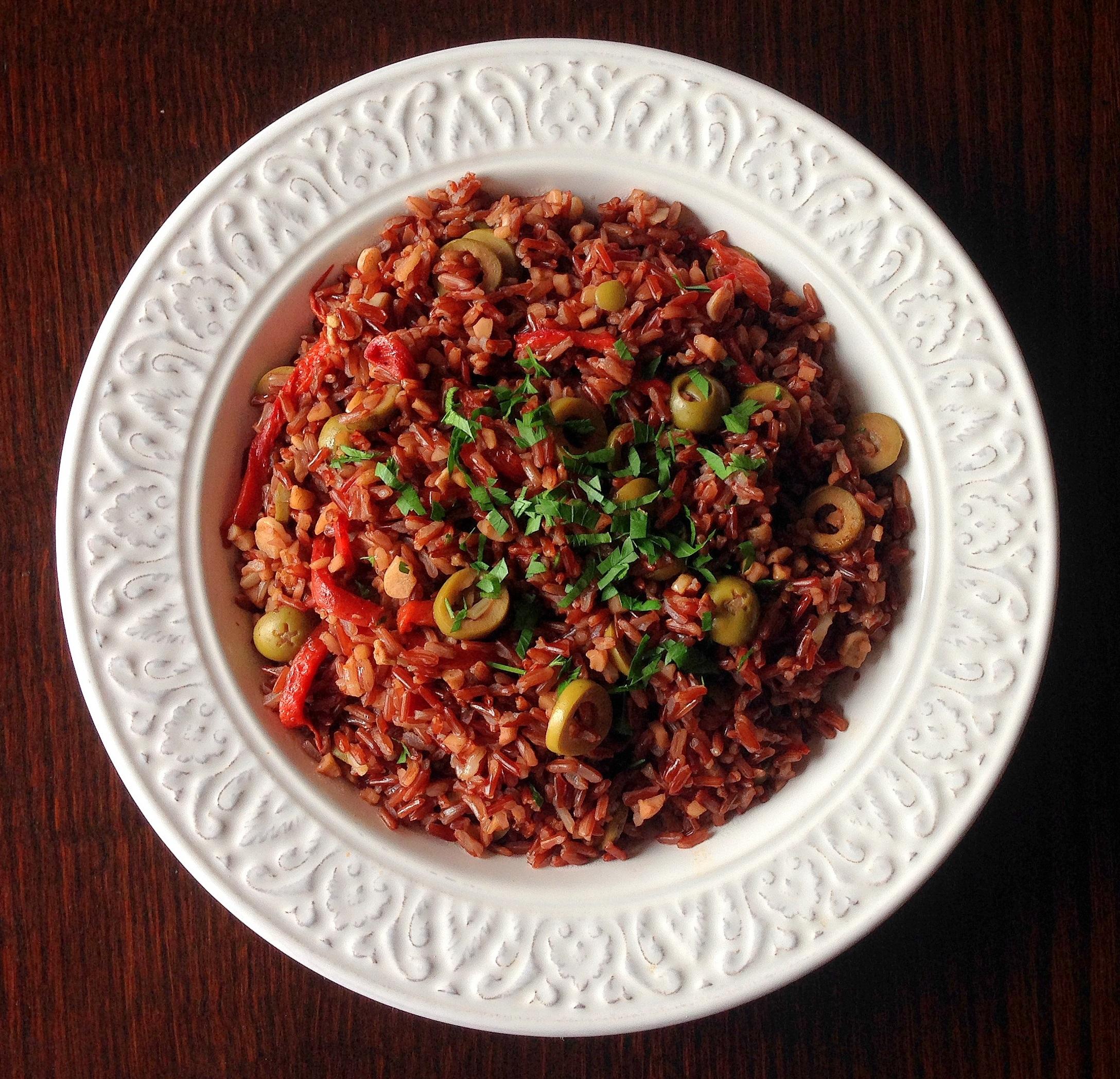 Arroz rojo con pimientos asados y aceitunas verdes
