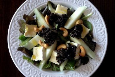 Ensalada de pera, brie, anacardos y olivada