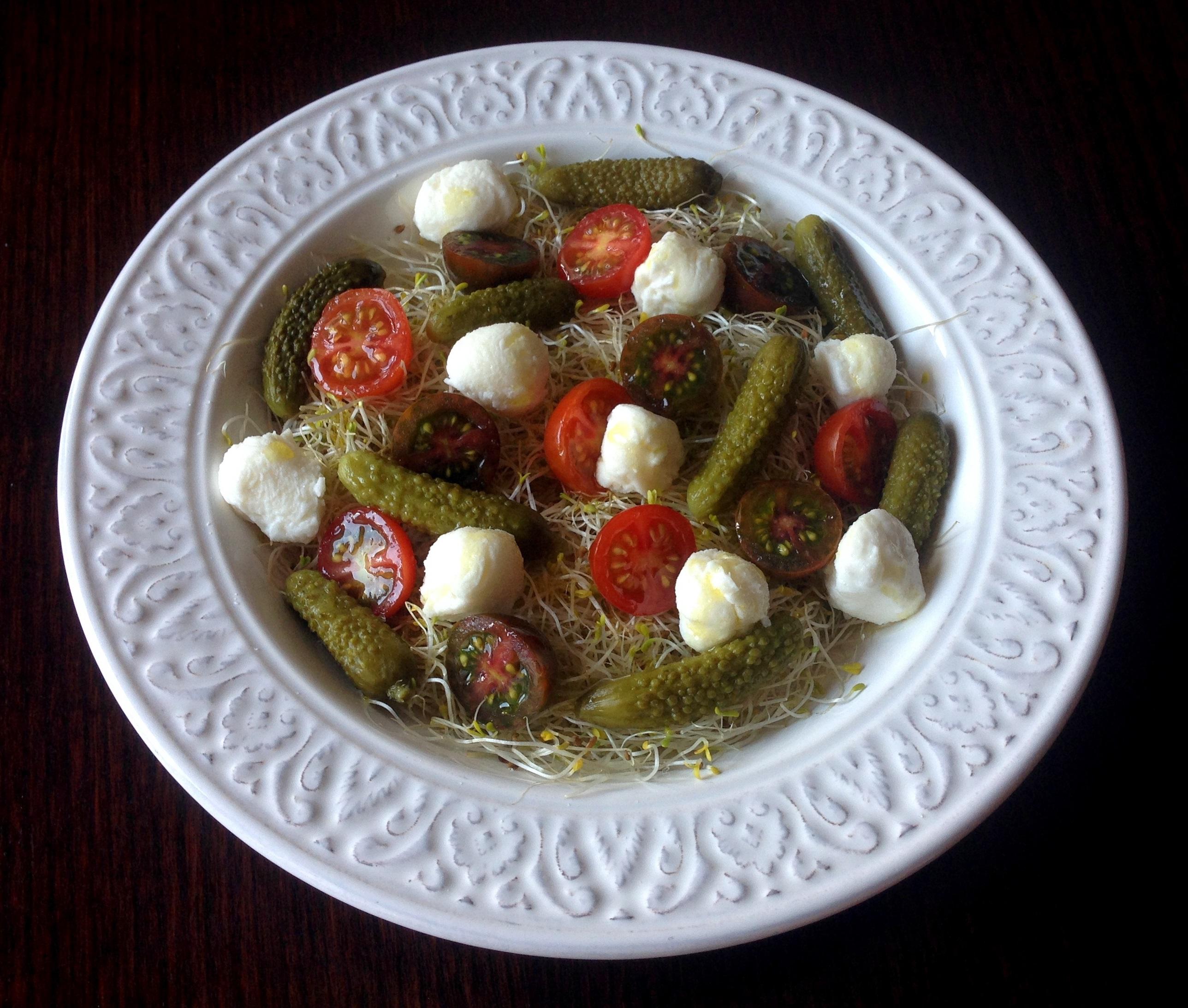 Ensalada de brotes, pepinillos, tomatitos y mozzarella