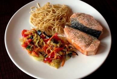 Espaguetis integrales, salmón a la plancha y verduritas salteadas