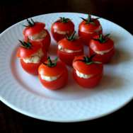Tomatitos rellenos de requesón y alcaparras