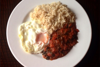 Arroz integral con huevo frito y salsa de tomate
