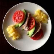 Filetes de cerdo con guarnición tropical