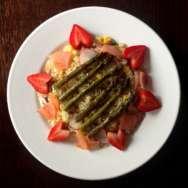 Ensalada templada de quinoa, salmón y fresas