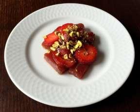 Atún-rojo-marinado-con-fresas-y-pistachos