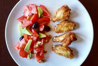 Alitas de pollo con ensalada de tomate y aguacate