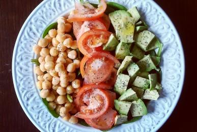Ensalada con garbanzos, tomate y aguacate