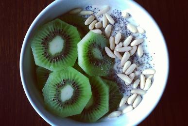 Porridge de avena con kiwi y piñones