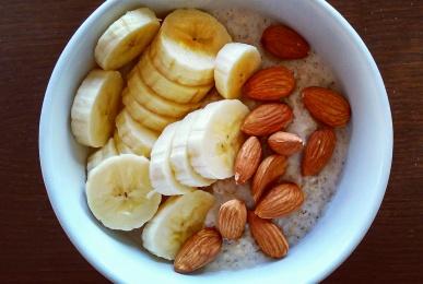 Porridge-de-avena-con-plátano-y-almendras