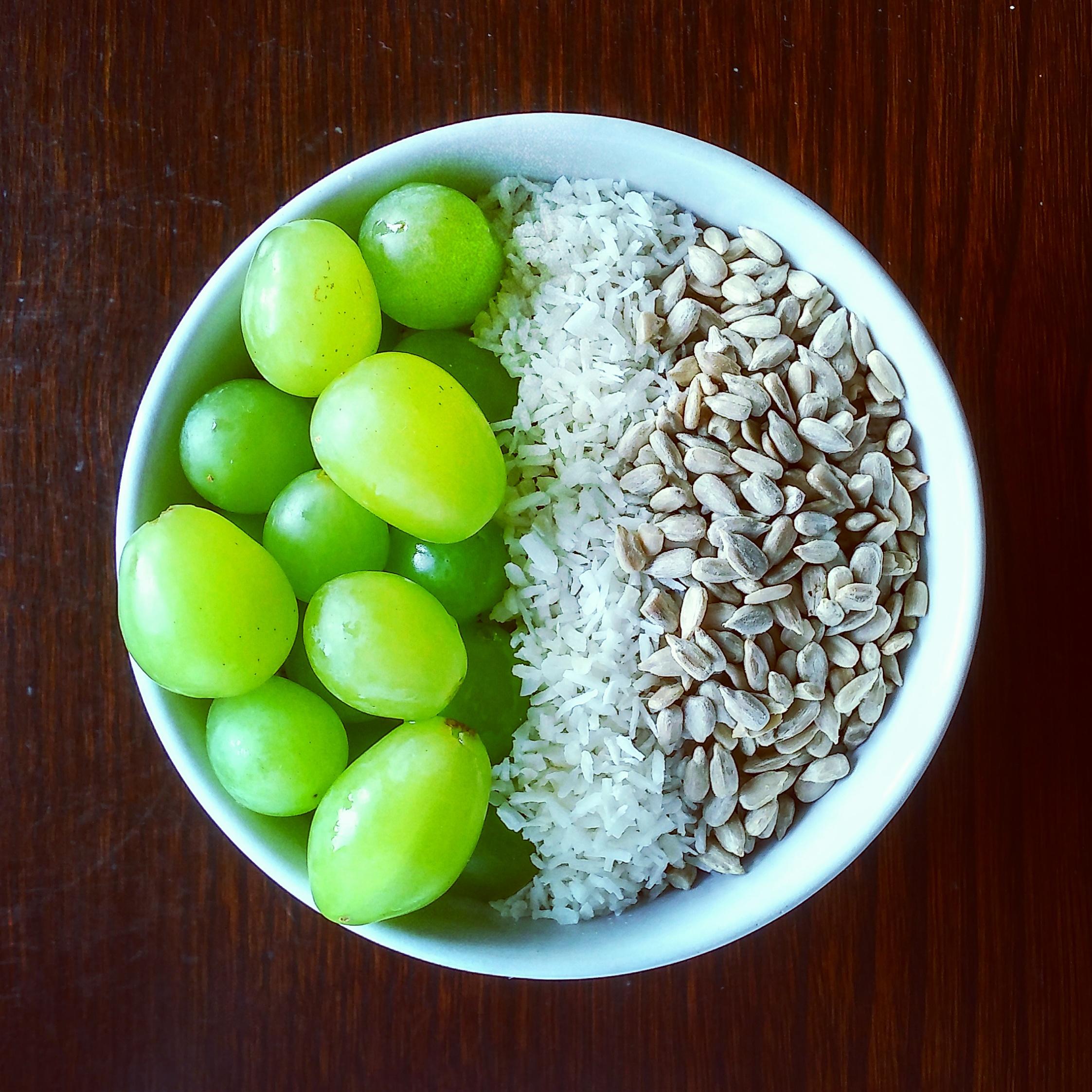Porridge de avena con uvas, coco rallado y pipas