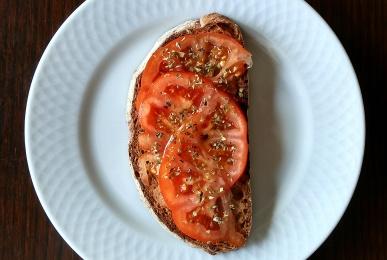 Tostada de tomate y orégano