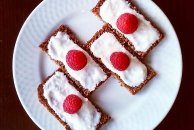Tostadas de centeno con yogur y frambuesa