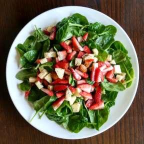 Ensalada de espinacas, fresas y manzana