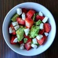 Ensalada de fresas, aguacate y mozzarella