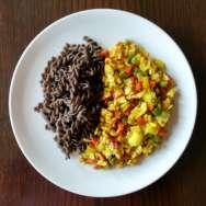 Espirales de lentejas con curry de verduritas y soja texturizada