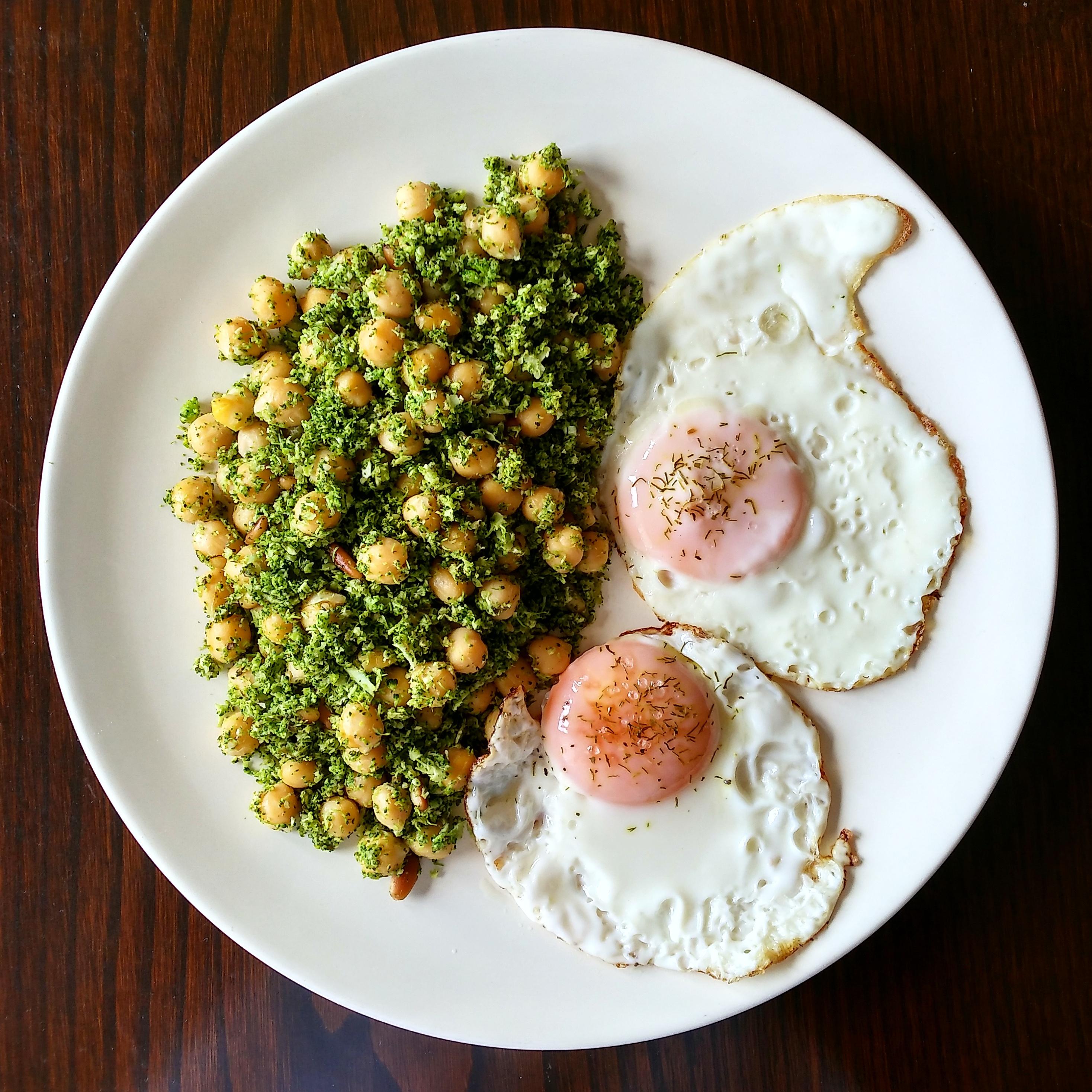 Garbanzos y brécol con huevos a la plancha
