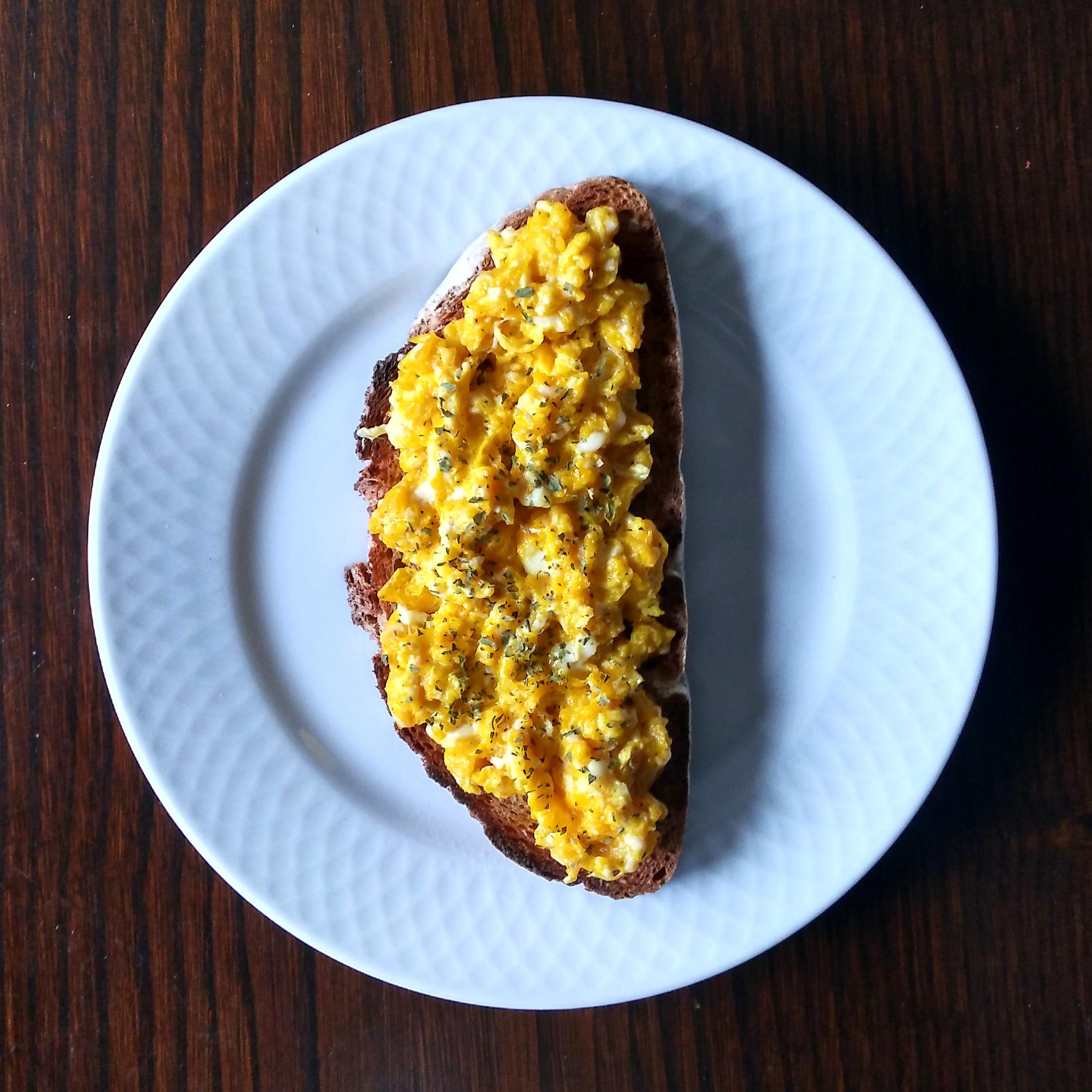 Tostada integral con huevos revueltos