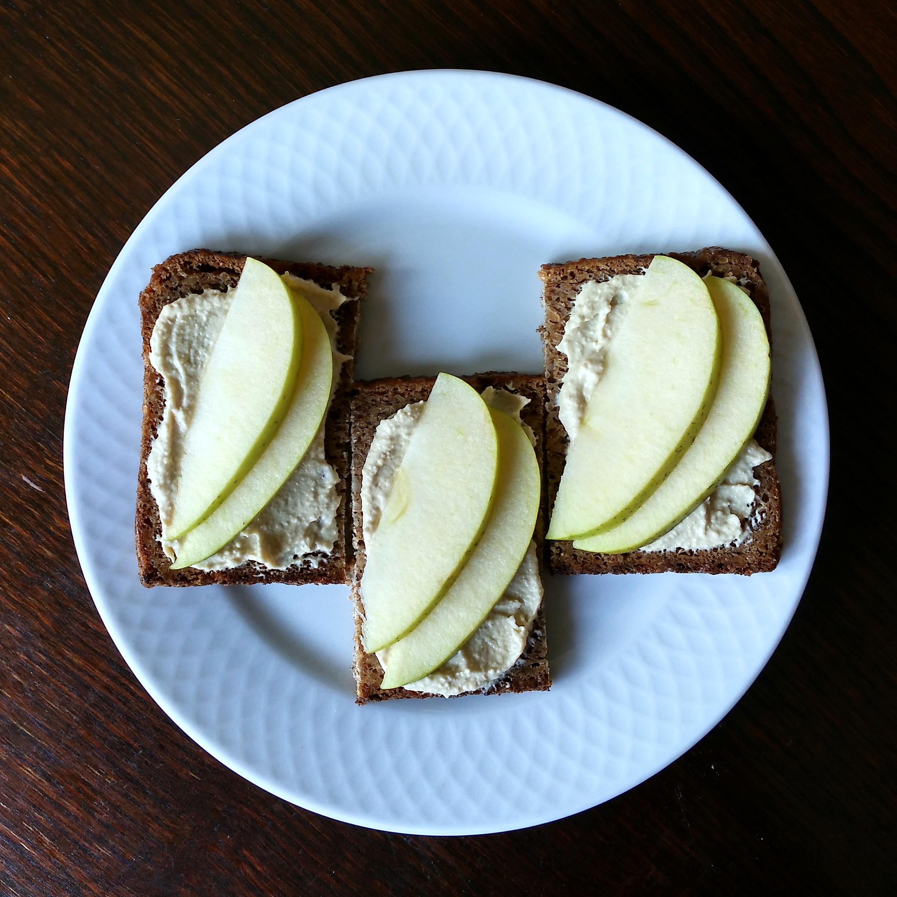 Tostadas de hummus y manzana