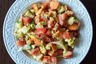 Ensalada de patata, tomate, zanahoria, cebolleta, huevo cocido y perejil