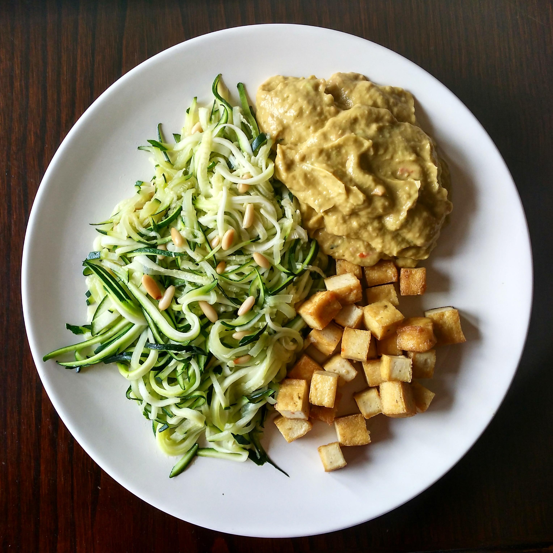 Espaguetis de calabacín, tofu a la plancha y guacamole