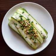 Lasaña de calabacín, requesón y pimientos asados con picada de pistachos y perejil