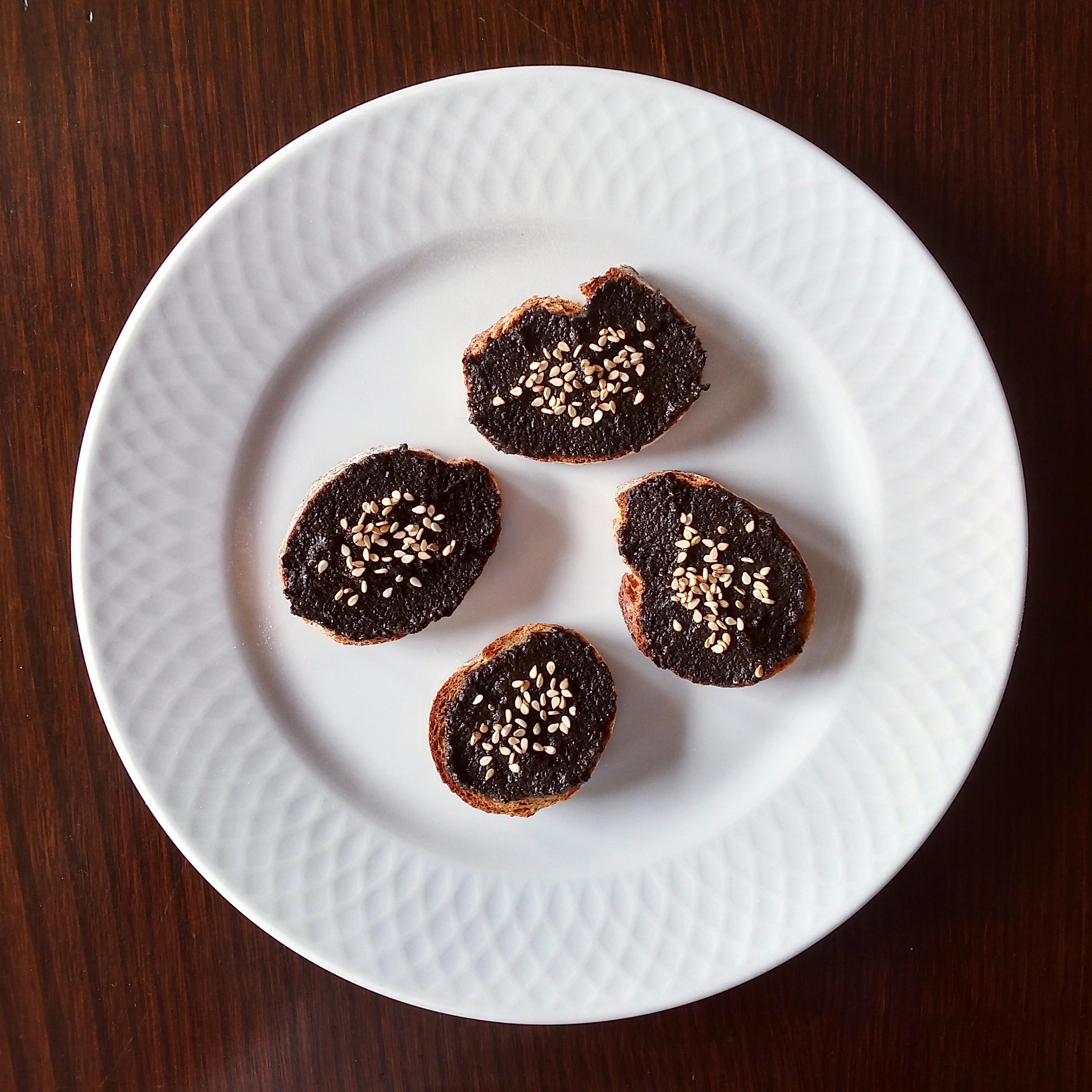 Pan integral con paté de aceitunas negras y semillas de sésamo