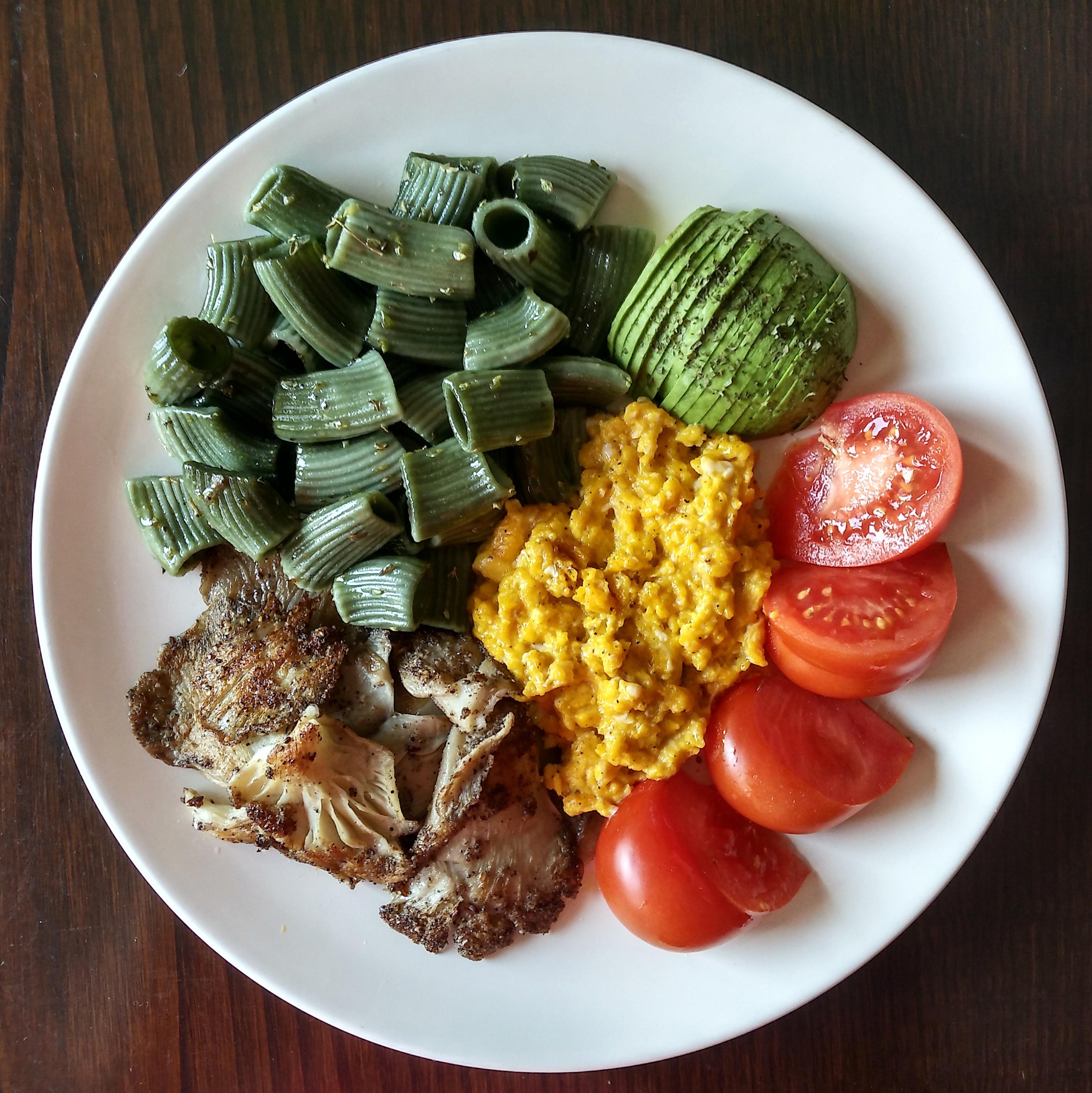Pasta, setas a la plancha, aguacate, tomate y huevos revueltos