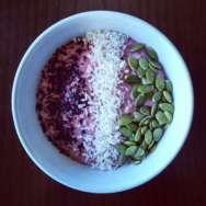 Porridge de avena y fresa con cacao puro, coco rallado y semillas de avena