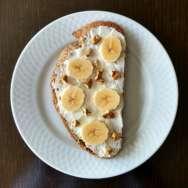 Tostada integral con queso crema, plátano y nueces