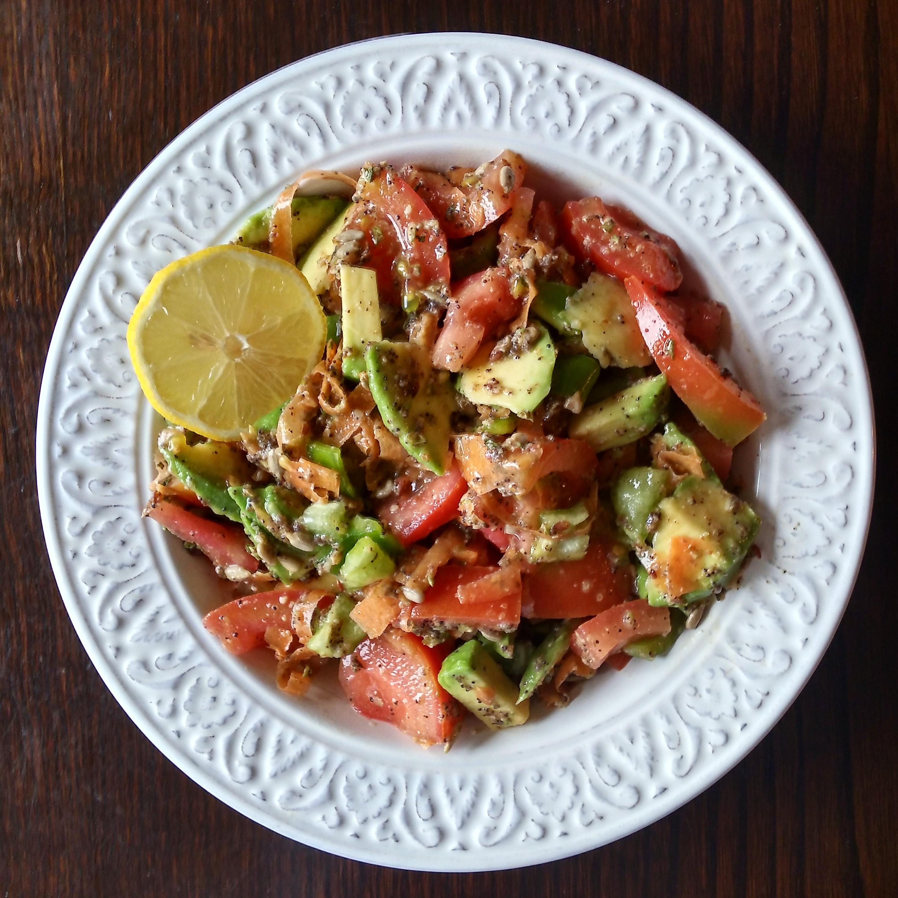 Ensalada de tomate, zanahoria rallada, aguacate, pimiento verde y pipas de girasol