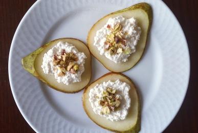 Láminas de pera con requesón y pistachos