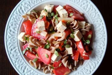 Ensalada de pasta integral, tomate, espárragos, zanahoria y tofu