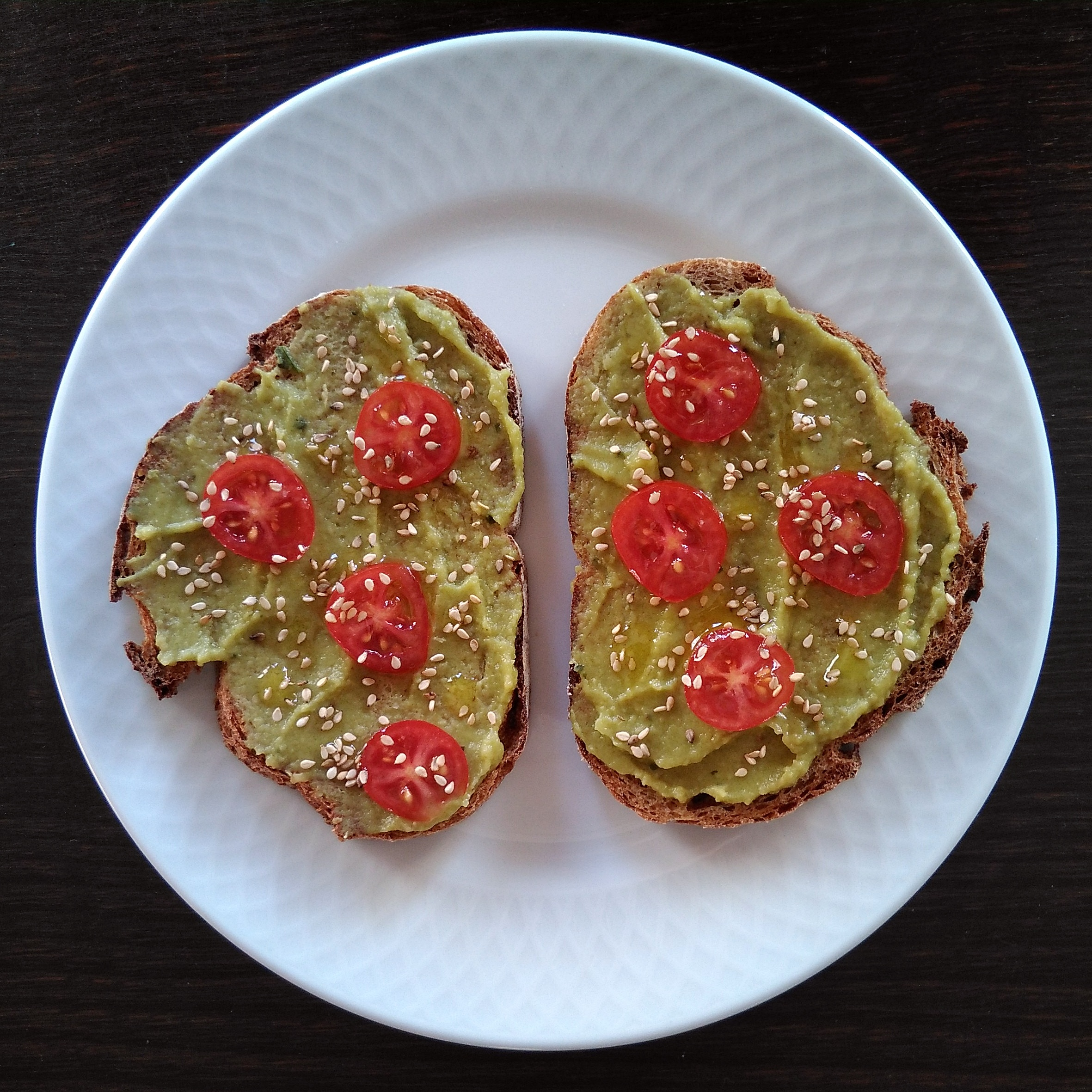 Tostada integral con guacamole y tomatitos cherry