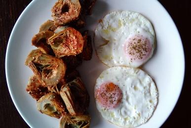 Alcachofas con pimentón dulce y huevos a la plancha
