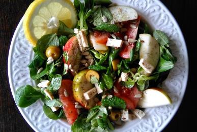 Ensalada de canónigos, tomate, manzana, tofu y pipas de girasol