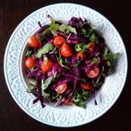Ensalada de lombarda, rúcula y tomatitos cherry