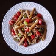 Ensalada de pasta integral con puerro, tomatitos cherry y edamame