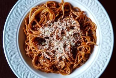 Espaguetis integrales con pesto rojo