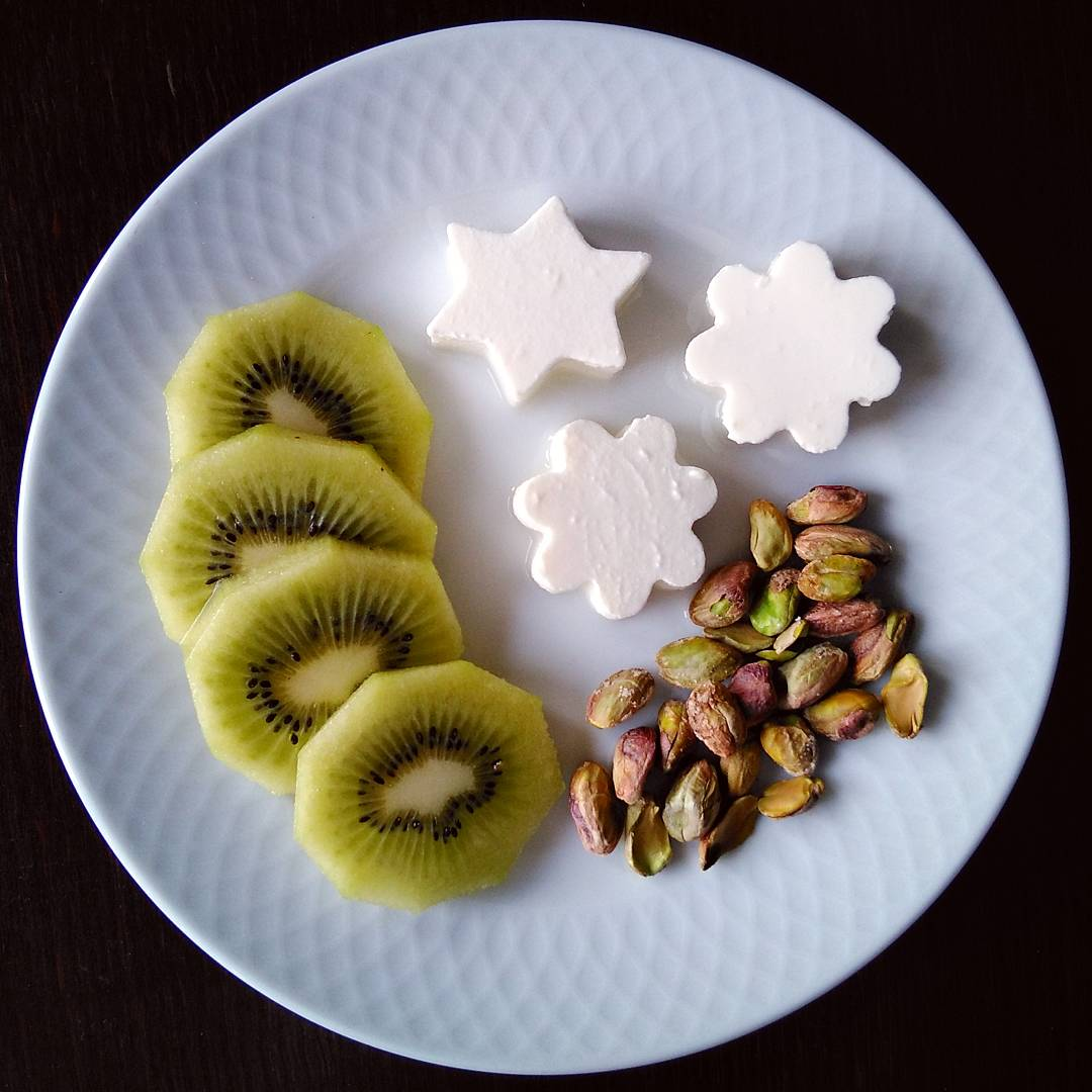 Kiwi, queso fresco y pistachos