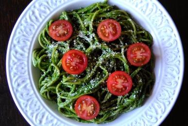 Espaguetis integrales con pesto de espinacas y tomatitos cherry