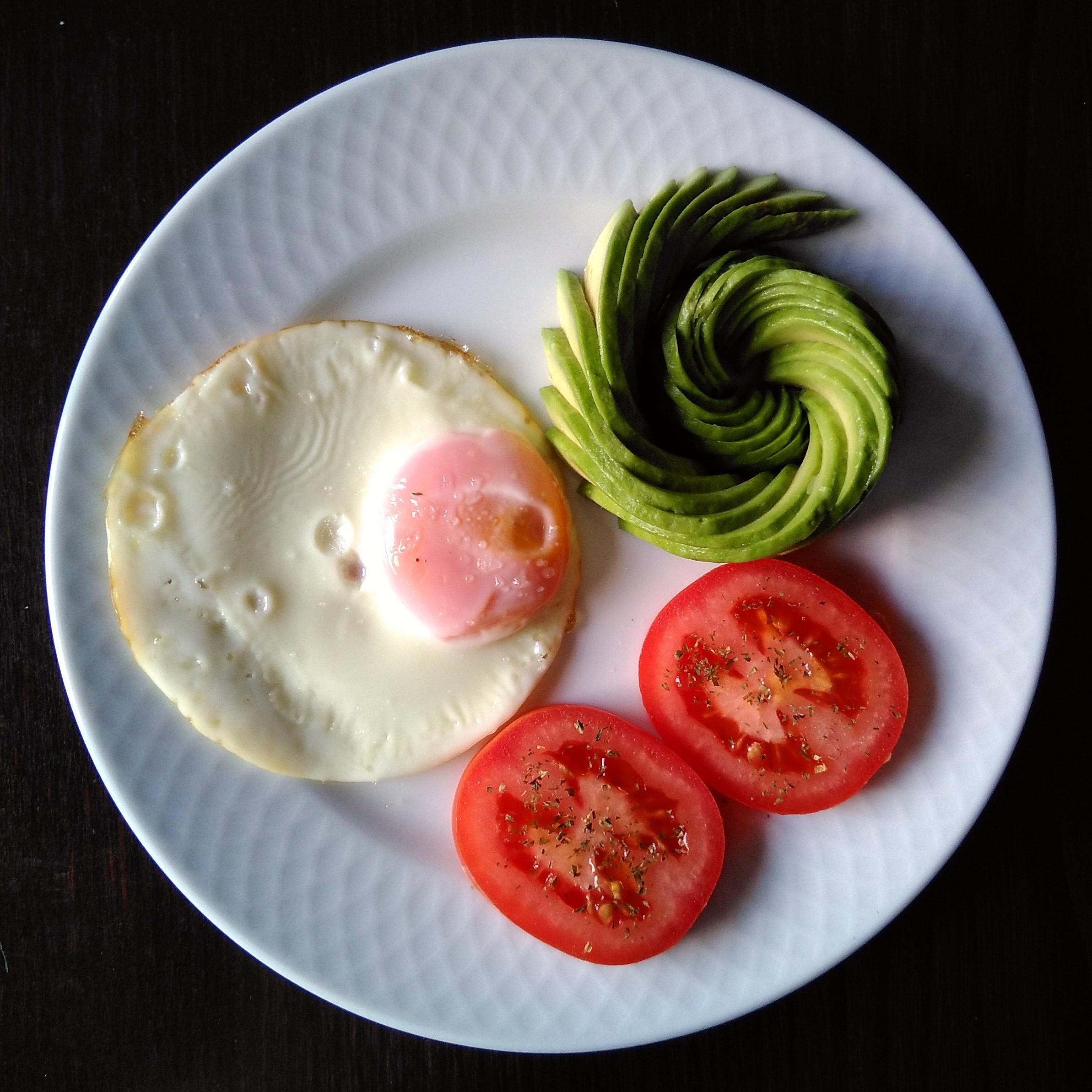 Huevo a la plancha con aguacate y tomate