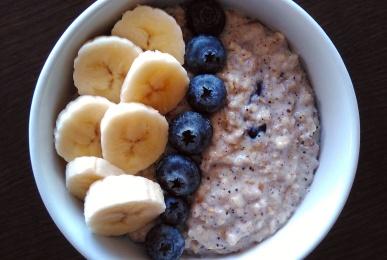 Porridge de avena, arándanos, canela y semillas con topping de plátano y arándanos