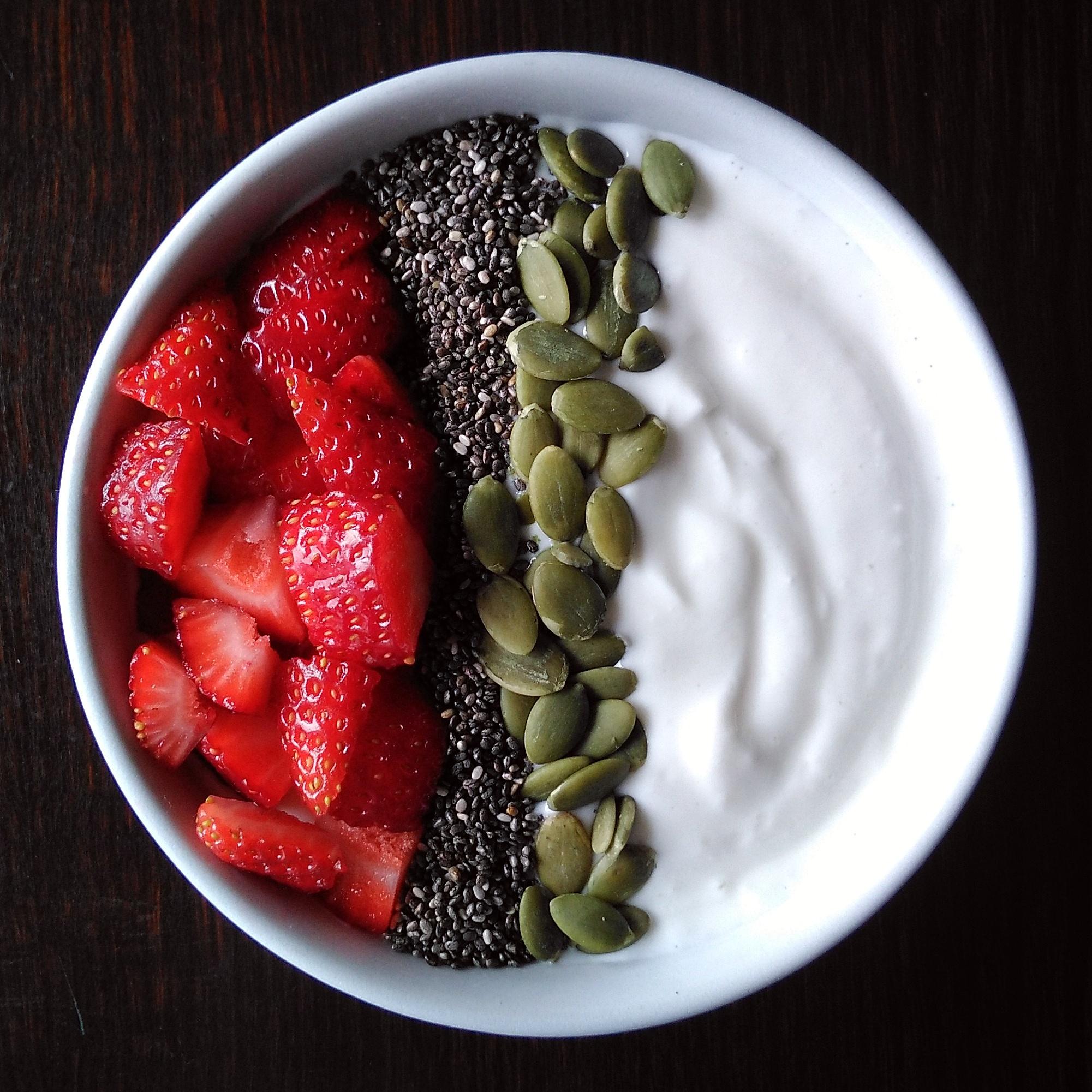 Queso batido con fresas, semillas de chía y pipas de calabaza