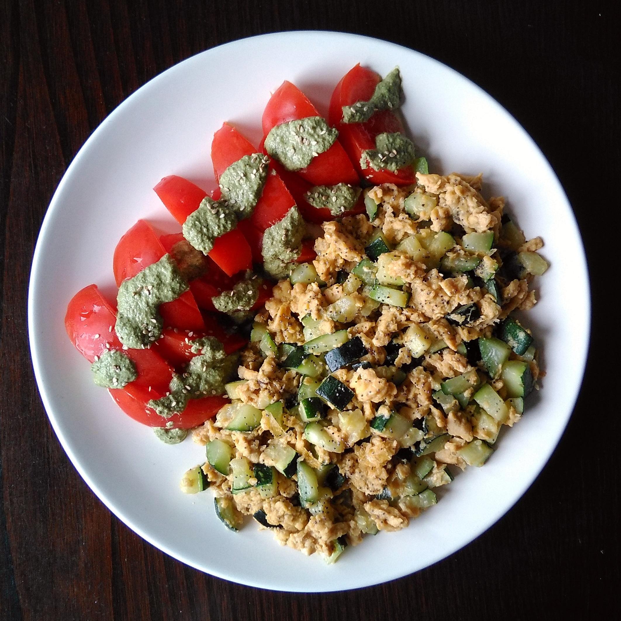 Revuelto de calabacín y tomates con pesto