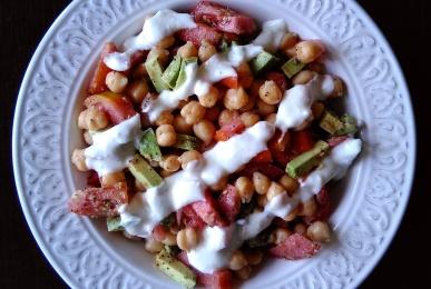 Ensalada de garbanzos, tomate y aguacate con salsa de yogur