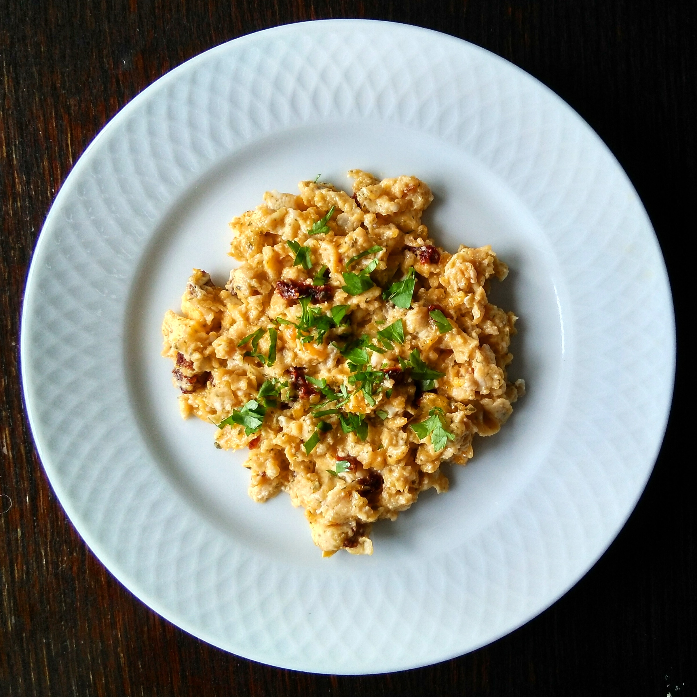 Huevos revueltos con tomate seco y perejil