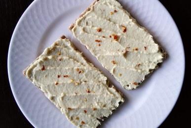 Pan wasa con paté de alcachofa